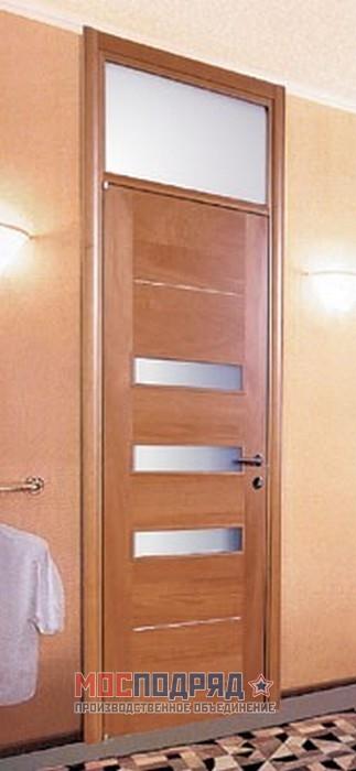 металлические двери с вставкой над дверью